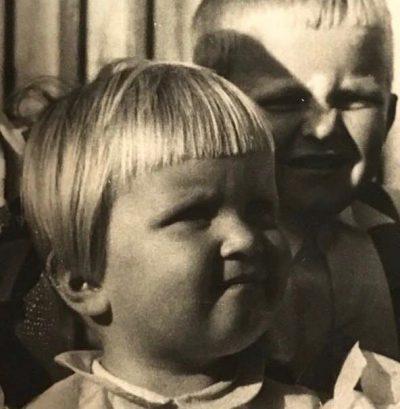 Vaula Norrena 2-vuotias taustalla Kyösti